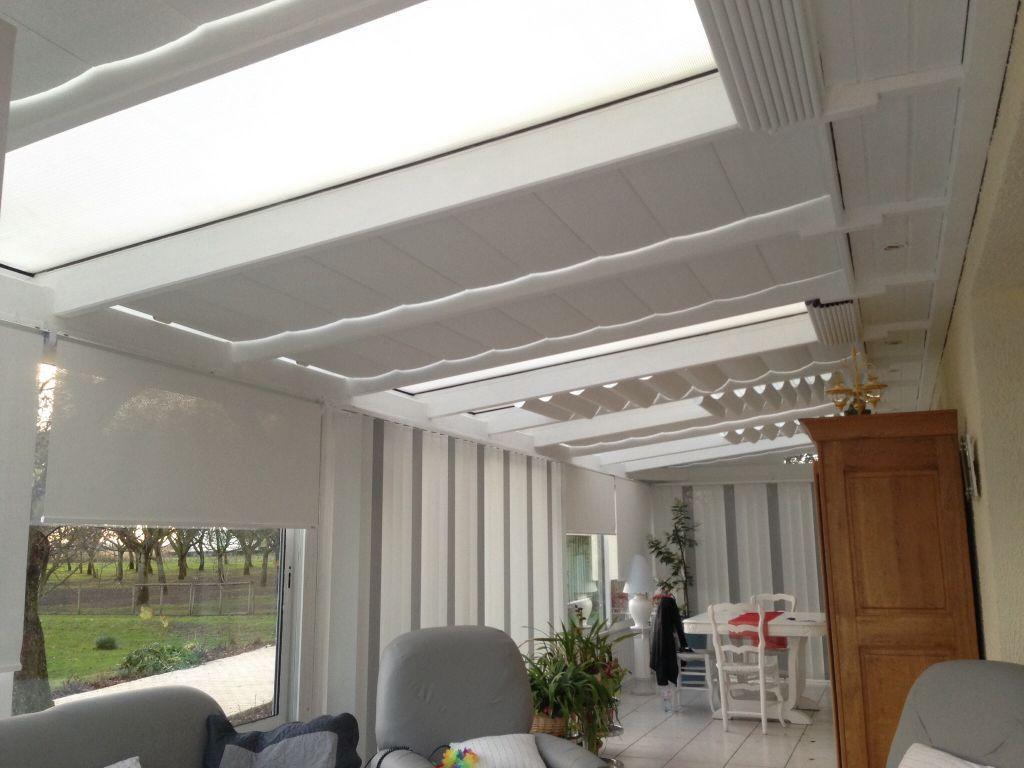 Véritable pièce de vie équipée de stores de protection solaire.  – Stores sur cables inox en toiture.  – Enrouleurs et bandes verticales avec panachage pour les baines vitrées.  Toile microperforée métallisée, taux de…