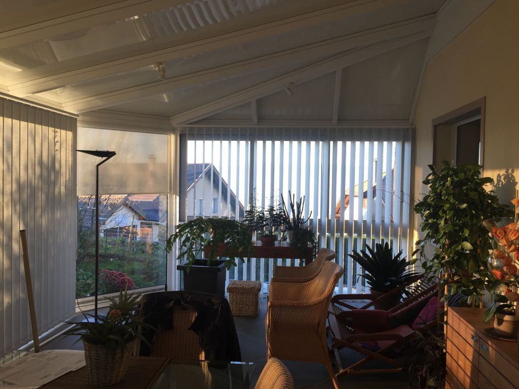 Remplacement de stores:   La véranda était équipée de stores de décoration que nous avons retirés afin d'y installer des stores intérieur de protection solaire.  Nous avons mixé l'enrouleur sur les parties…