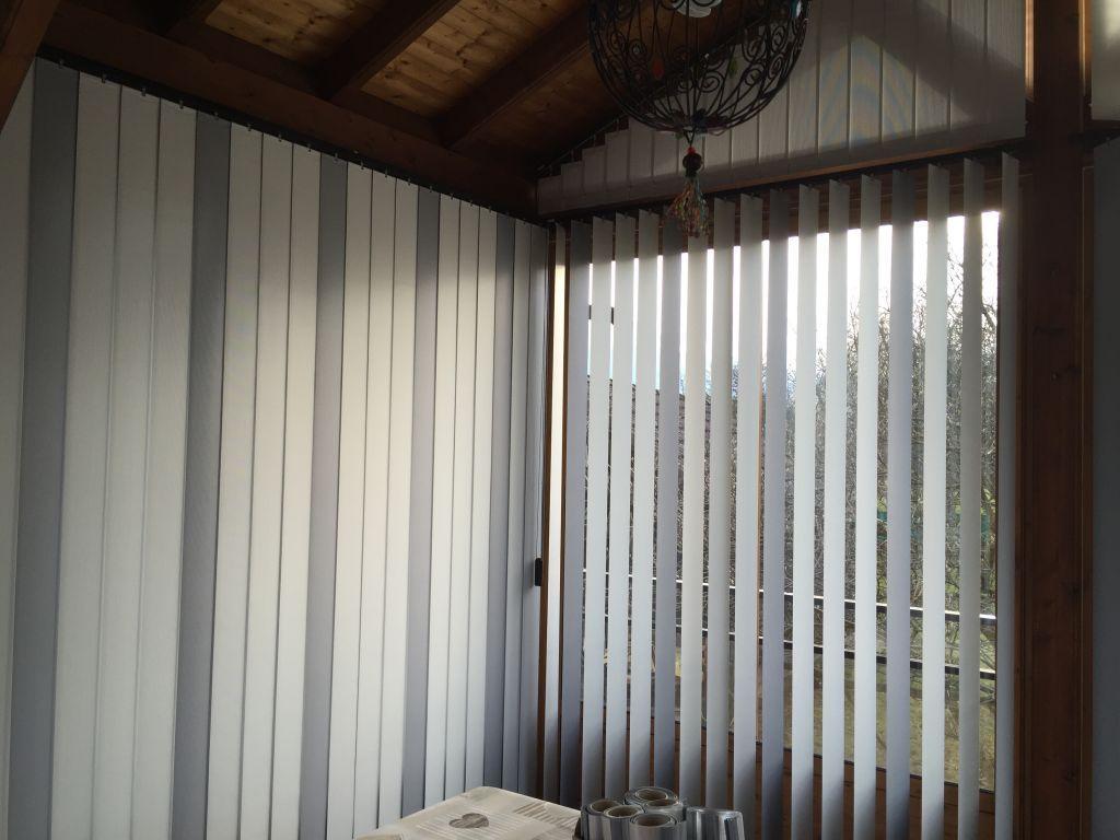Véranda ossature bois équipée de stores intérieur de protection solaire. Nous avons utilisé la toile la plus performante qui renvoi 85% des rayonnements solaire.  Nos clients ont opté pour le panachage…