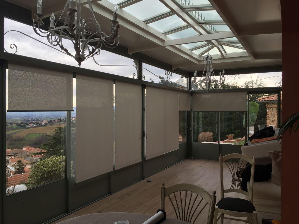 Magnifique véranda que nous avons équipé de stores enrouleur avec toile de protection solaire.  Afin d'intégrer au mieux les stores, nous avons créé des cornières en aluminium thermolaquées au RAL de…