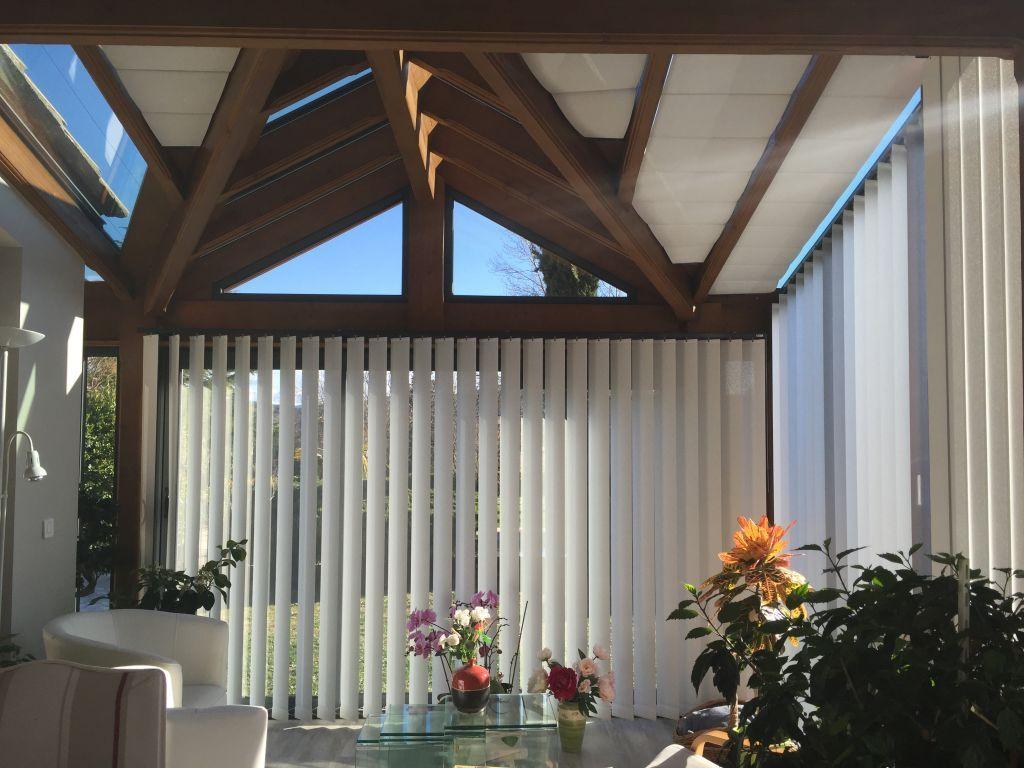 Mise en place de stores de protection solaire dans une véranda de VIE et VERANDA dans le Var.  Nous avons utilisé des toiles de protection solaire afin de pouvoir profiter de…