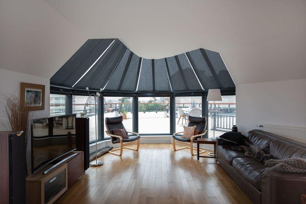 Un bel exemple d'installation réalisée par Passion Store dans cet appartement parisien où l'exposition du salon est l'atout charme principal.  Passion Store a équipé ces grandes baies vitrées de stores, permettant…