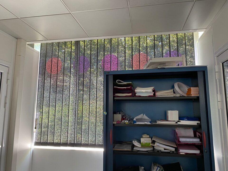 stores californiens anti chaleur noires dans un bureau