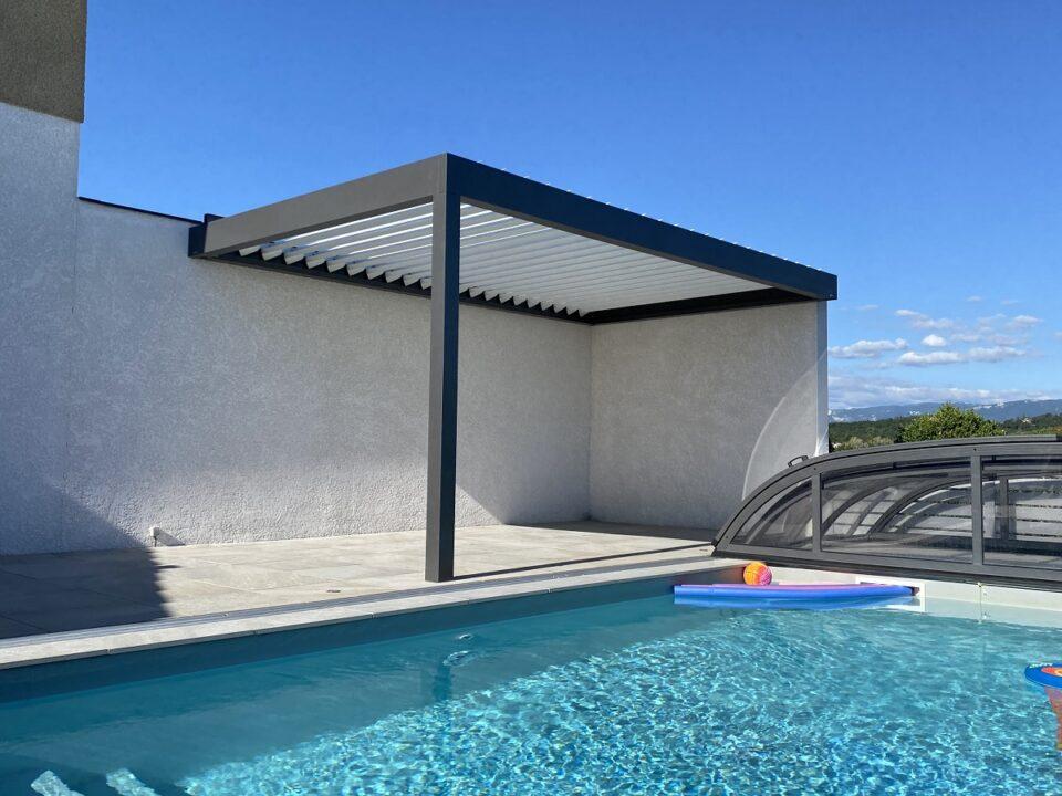 pergola bioclimatique au bord d'une piscine