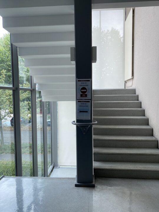 store vertical enrouleur montée d'escalier