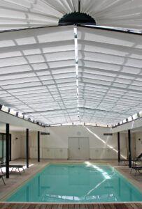 piscine intérieure équipée en stores