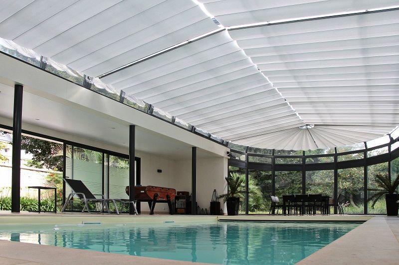 piscine couverte avec stores