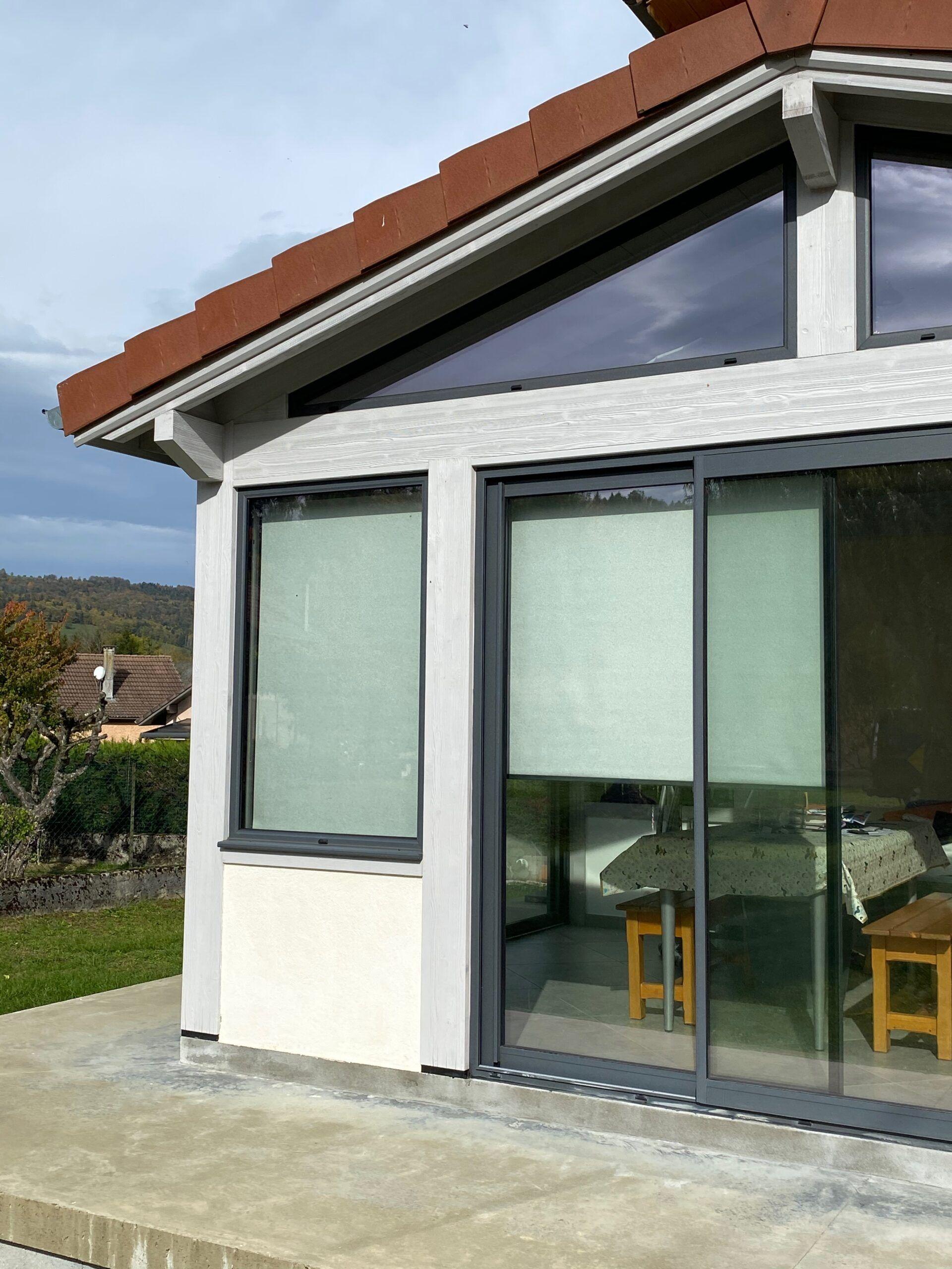 véranda vue de l'extérieur avec des stores anti chaleur