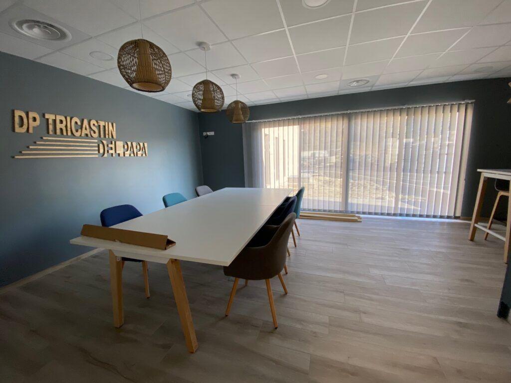 Salle de réunion équipée en stores californiens